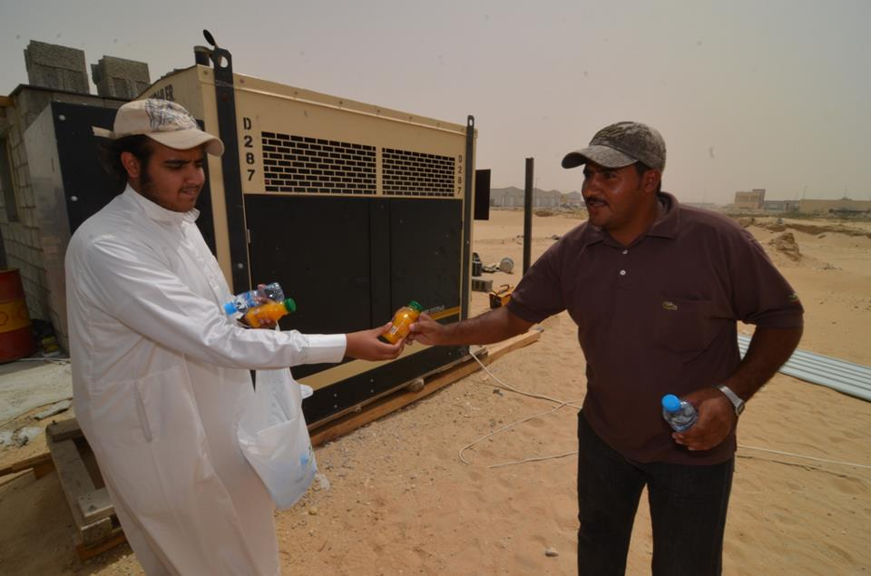 13شاباً  يوزعون 750قارورة ماء وعصير على عمال الجبيل