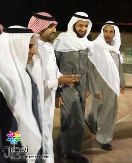 سعود بن ثنيان والربيعة يمارسان رياضة المشي على شاطئ الفناتير