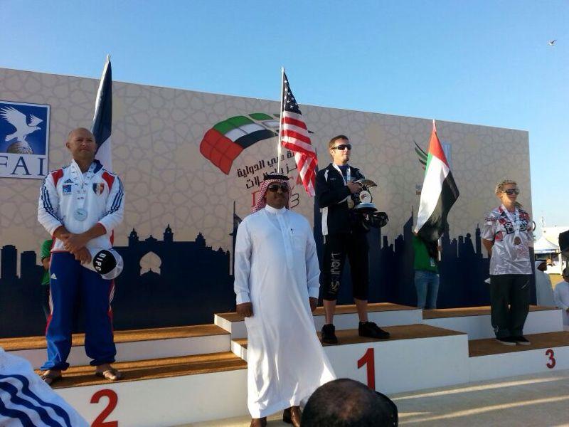 السويلم يتوج الفائزين بدولية دبي للمظلات