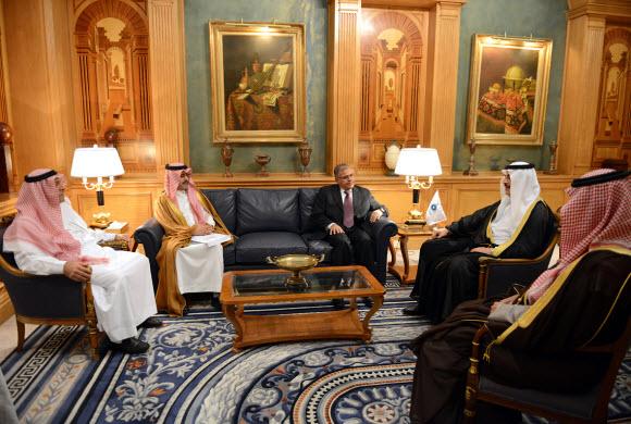 محمد بن فهد يناقش مع وفد المنظمة العربية للتنمية الإدارية بجامعة الدول العربية