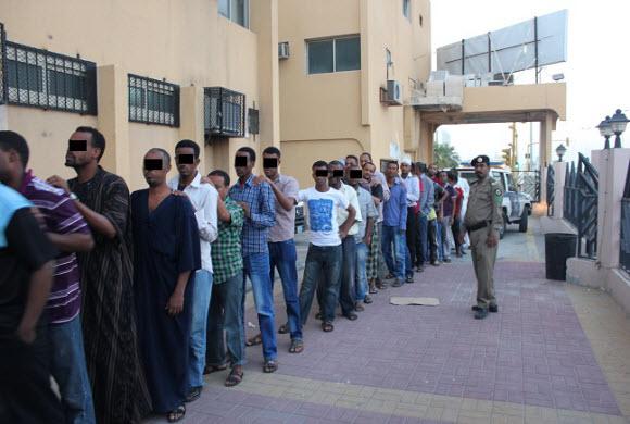 مداهمات وحملات متواصلة لملاحقة المخالفين بالمنطقة الشرقية