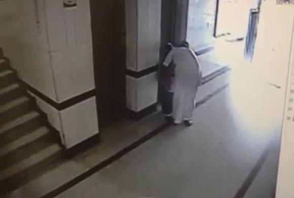 مقطع فيديو يظهر تحرش شاب بطفلة ترتدي زياً مدرسياً