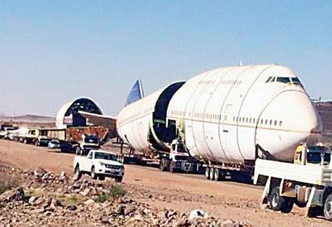 """بالصور..2.5 مليون لنقل """"الطائرة المطعم"""" عبر 95 شاحنة من المدينة إلى عسير"""