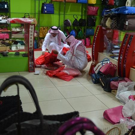 """""""التجارة"""" تتصدى لمعروضات الحقائب والساعات المقلدة في جدة"""