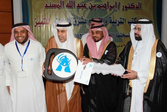 مكتب تربية شرق الرياض يهدي معلما سيارة ويكرم 74 تربويا بجائزة للتميز