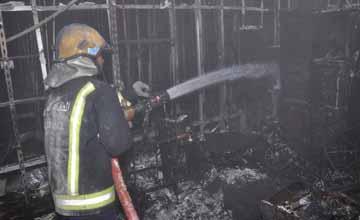 إخماد حريق بمحل للملابس في مجمع البحرين التجاري وإنقاذ 4 أشخاص حاصرهم الدخان