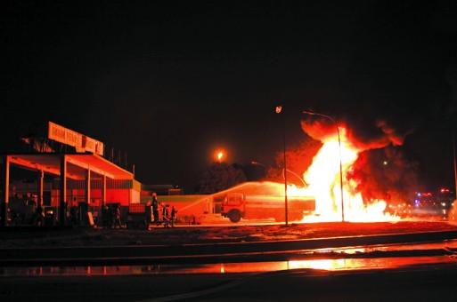 الجبيل: السيطرة على حريق هائل بناقلة وقود