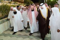 أمير مكة يُعزي الشيخ السديس في وفاة والده