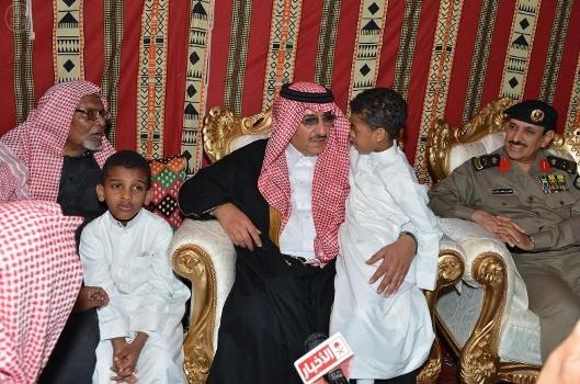 وزير الداخلية ينقل تعازي خادم الحرمين لذوي شهيدي العوامية