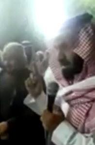 الحارثيّ يلقّن الشّهادتين لعدد من مَن دخلوا الإسلام