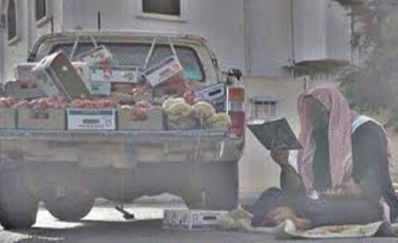 صورة..من نجران بائع لا يكاد يفارقه مصحفه
