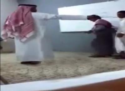 """بالفيديو..معلم يدرب الطلاب على """"رقصة البطريق"""" داخل الفصل"""