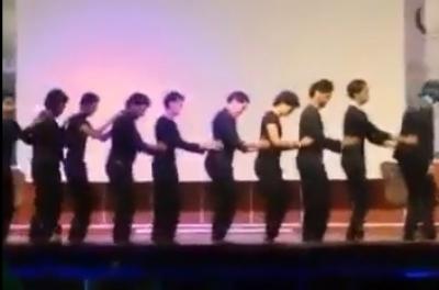 """طلاب جامعة جازان يرقصون """"البطريق"""" على مسرحها"""