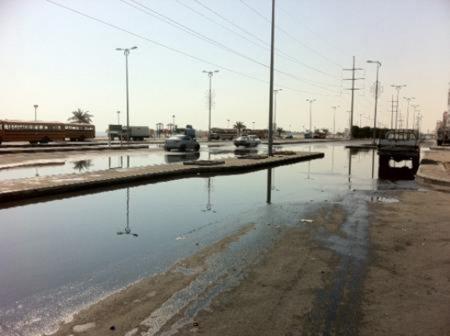 الصرف الصحي يحول شوارع حي طيبة إلى مستنقعات