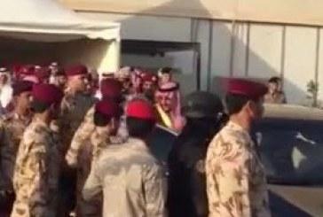 بالفيديو.. محمد بن نايف يعود من سيارته تلبيةً لطلب أحد الجنود