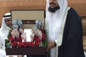 """بالصور.. مواطنة تهدي زوجها 10 آلاف ريال و""""أيفون6″ليلة زفافه على أخرى"""