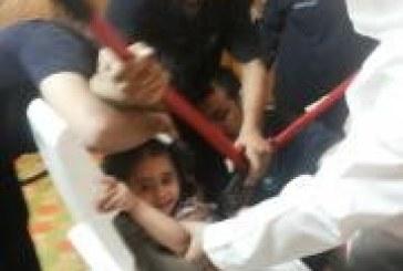 بالصور احتجاز طفله بعمر 4 سنوات داخل حوض تجفيف الملابس