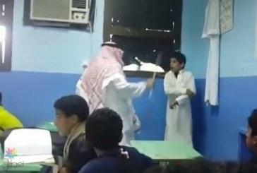 بالفيديو : معلماً يضرب طالباً بعنف وولي الأمر يطالب بالمحاسبة
