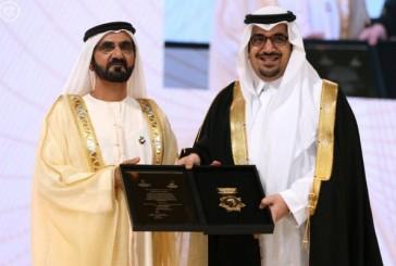 الشيخ محمد بن راشد يسلم الأمير نواف بن فيصل بن فهد وسام الشخصية الرياضية العربية