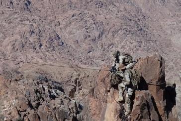 إنقاذ مصاب من رجال القوات المسلحة إثر سقوطه في موقع وعر