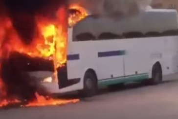 «شرطة الشرقية»: 4 مسلحين من مثيري الشغب وراء إشعال حافلة القطيف (فيديو)