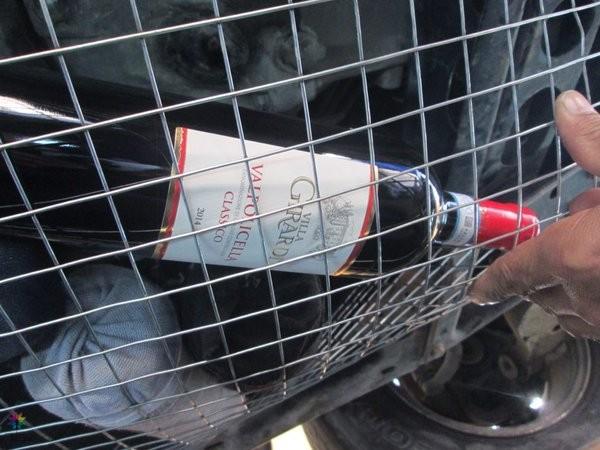 جمرك جسر الملك فهد يحبط محاولة تهريب أكثر من 400 زجاجة و 83 لتراً من الخمور