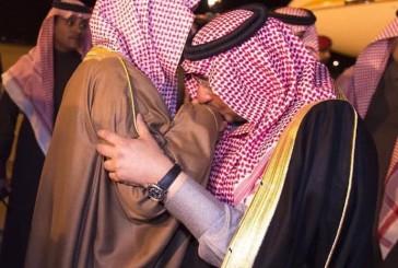 ولي العهد يقبل يد أخيه الأكبر الأمير سعود بن نايف (صورة)