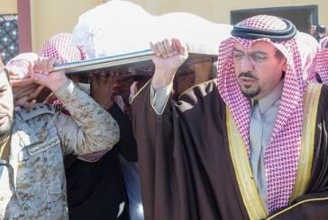 بالصور.. أمير القصيم يتقدم المصلين على جثمان الشهيد عبدالرحمن الحربي