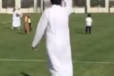 أمير قطر يخلع الشماغ ويلعب الكرة مع الأطفال