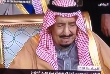 الملك سلمان متأثراً خلال القاء قصيدة للشاعر الحارثي في مهرجان الجنادرية