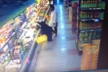 بالفيديو.. وافد يعتدي على سيدة في أحد الأسواف بالرياض