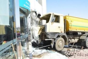 صهريج صرف صحي يقتحم بنكاً ومقتل سائقه في خميس مشيط