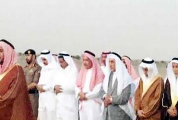 أمير منطقة مكة يأمر موكبة بالتوقف لأداء الصلاة