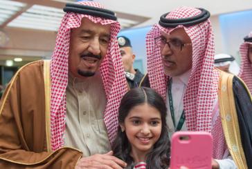 """سيلفي الطفلة مع الملك يبهج """"تويتر"""""""