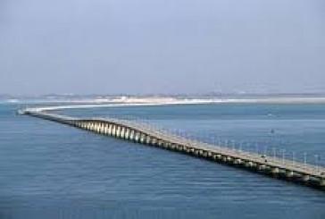 انتشال جثة مواطن غرق في بحر الخليج بعد سقوط سيارته من أعلى جسر الملك فهد