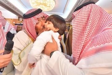 صور ولي العهد مع أبناء شهداء الواجب.. تشعل تويتر