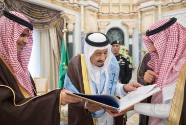 خادم الحرمين يتسلم شهادة الدكتوراة الفخرية في الدراسات التاريخية والحضارية من جامعة الملك سعود
