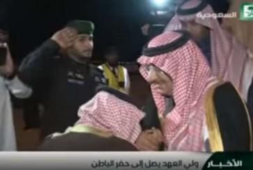 """بالفيديو.. 8 قُبلات من """"محمد بن سلمان"""" على يد ولى العهد"""