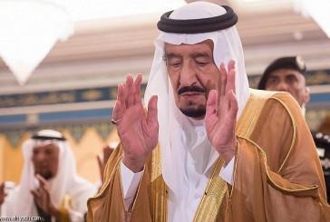 خادم الحرمين يؤدي صلاة الميت على الأمير بندر بن سعود بن عبدالعزيز