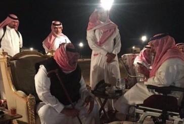 صورة ولي العهد يستمع لأحد المواطنين في مخيمه تنال إعجاب المغردين