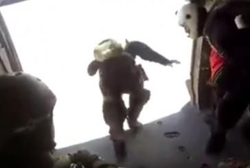"""بالفيديو.. مظلي يُوثِّق قفزه من المروحية خلال العرض العسكري لــ""""رعد الشمال"""""""