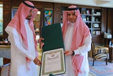 وزير التعليم يسلم المعلم عبدالعزيز الحربي وسام الملك عبدالعزيز
