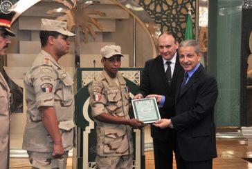 سفير خادم الحرمين في القاهرة يقلد جندياً مصرياً نوطي الشرف والتمرين من الدرجة الأولى
