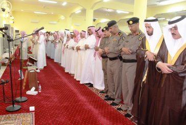 وكيل محافظة محايل يؤدي صلاة الميت على رجل الأمن الاسمري