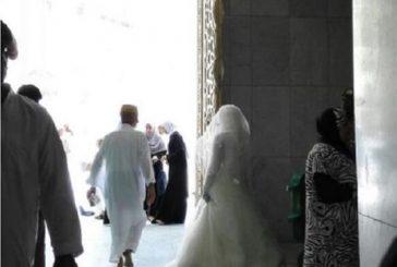 عروس تحاول دخول المسجد الحرام بفستان الزفاف