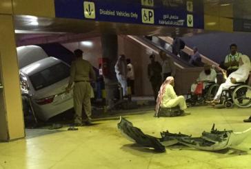 سيارة تقتحم إحدى صالات مطار الملك خالد