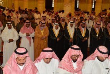 أمير الرياض يؤدي صلاة الميت على الأميرة سما بنت سعود