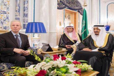 خادم الحرمين يستعرض مع وزير الخارجية الكندي مستجدات الأحداث
