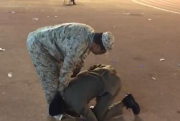 """""""رئيس رقباء"""" يقدم التحية العسكرية لابنه الضابط .. و الأخير يرد بتقبل قدمه في حفل التخرج """"فيديو"""""""