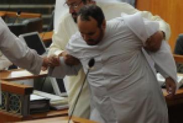 بالصور..معركة في قاعة مجلس الأمة الكويتي بـ«العُقل» و«النّعال»